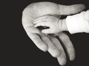 Jennifer Muller ostéopathe mains bebe papa